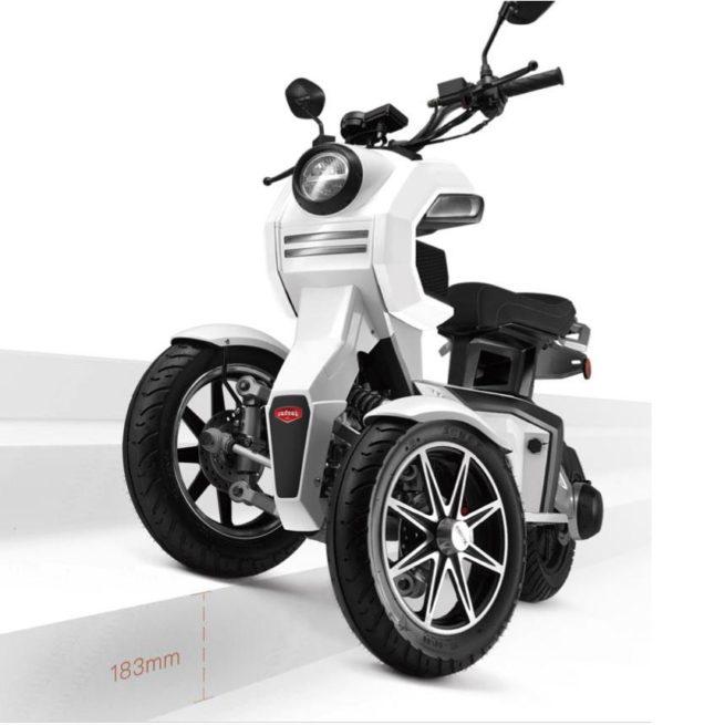 Scooter 3 roues électrique 125 Doohan iTank 125 garde au sol