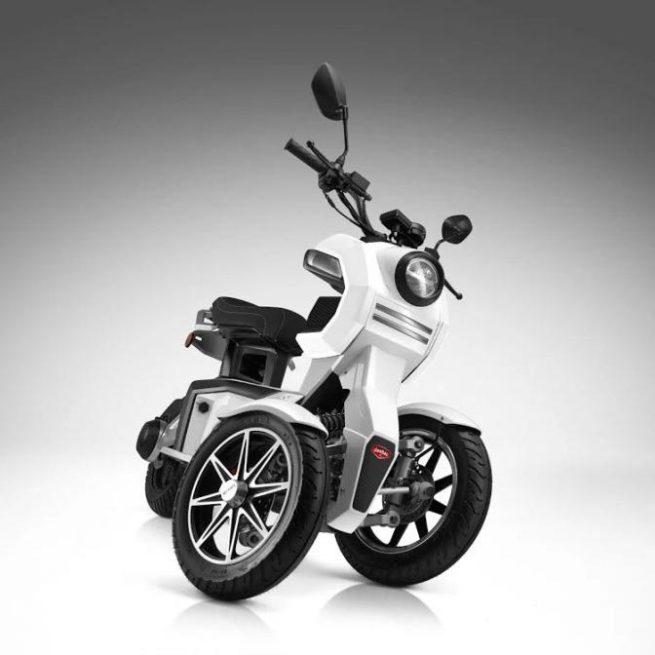 Scooter 3 roues électrique 125 Doohan iTank 125 blanc virage