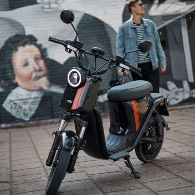 niu u uqi sport scooter électrique street art béquille