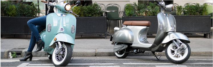 scooters électriques 2twenty garés devant un trotoir
