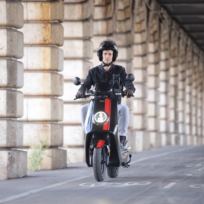 scooter-electrique-niungt-noirerouge