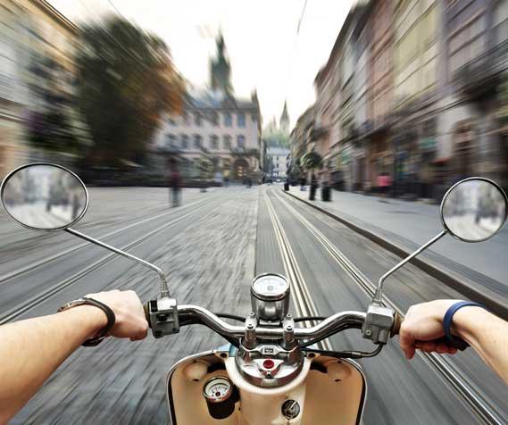 conduite d'un scooter rider en ville en vue subjective