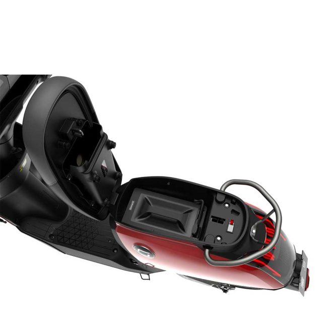 Scooter Electrique super soco CUX sous la selle rouge
