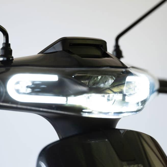 super soco cux CU-X scooter electrique petit grand pieds au sol