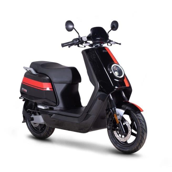 Niu NGT NQI GT scooter electrique petit grand pieds au sol