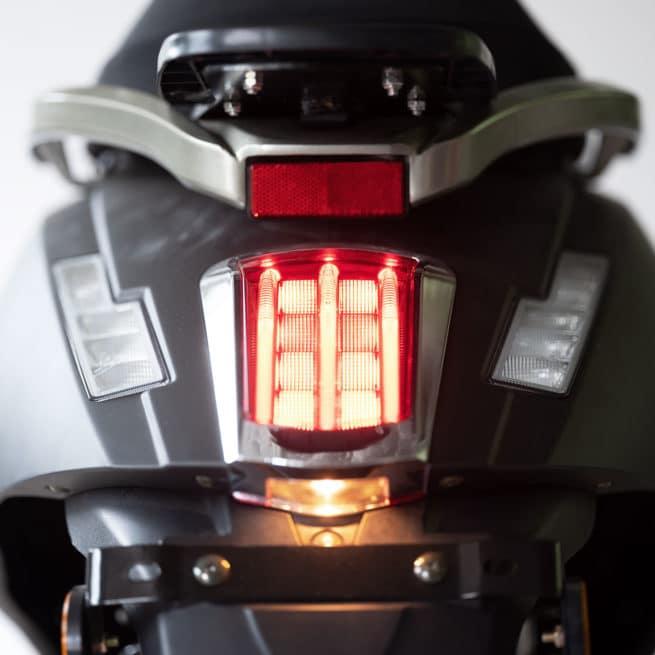 feu arrière scooter classique sobre