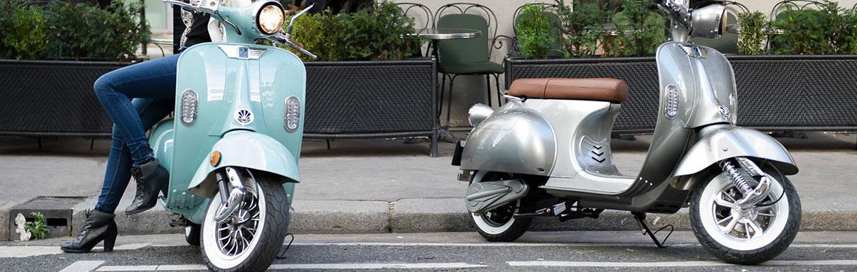 scooters électriques 2twenty garés devant un trottoir