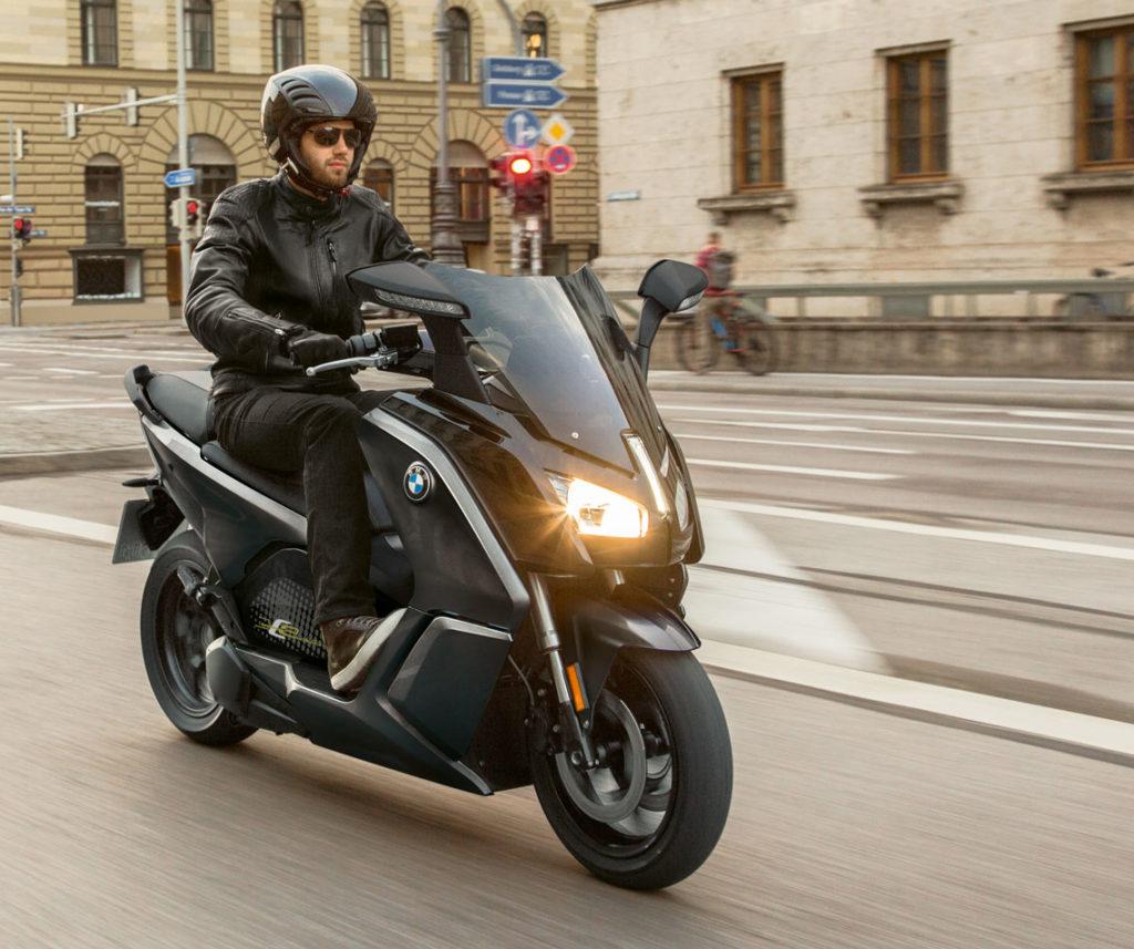 Homme conduisant un BMW-C EVOLUTION dans la rue