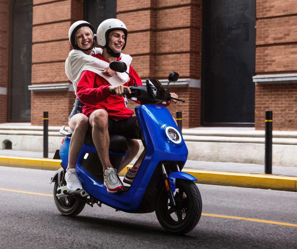 Couple en scooter niu m+ en ville