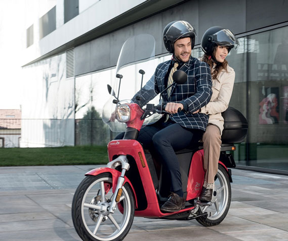 Couple sur un scooter Askoll