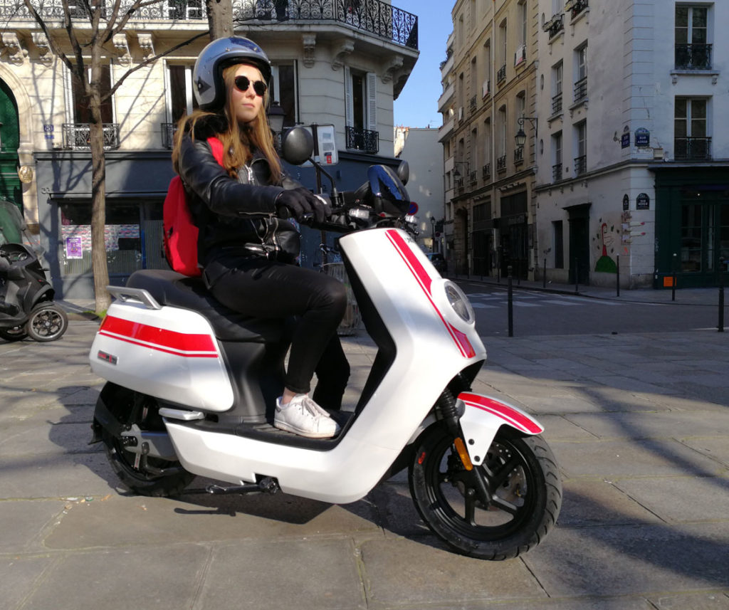 jeune femme sur Niu N-PRO dans Paris