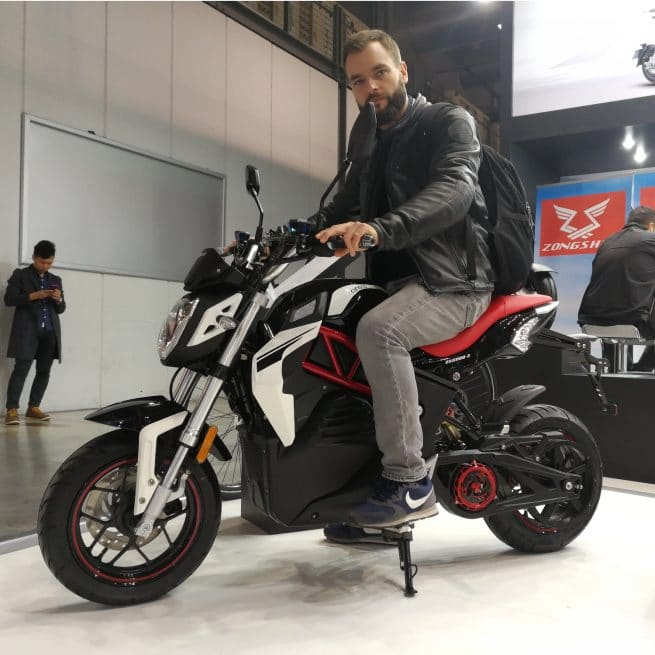 Homme sur City Slicker moto électrique Cineco