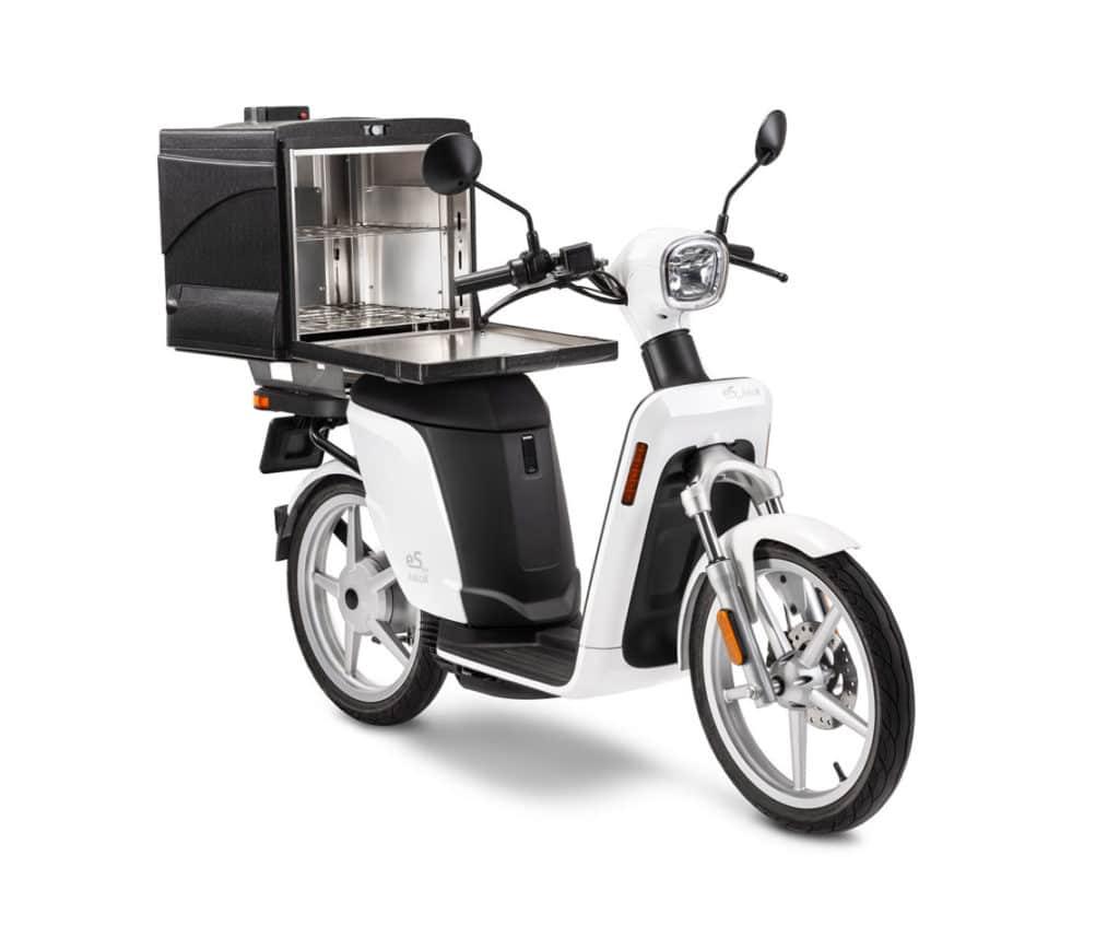 scooter de livraison askoll esPro avec top case Drake pour repas chaud