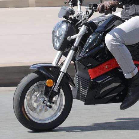 moto électrique équivalent 125 cm3 sur route urbaine
