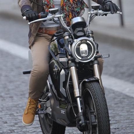 moto électrique équivalent 50 cm3 sur route urbaine