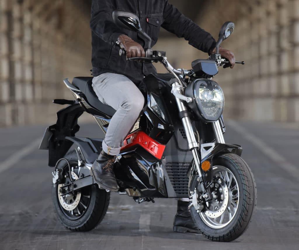 Moto rider 3000 à l'arrêt dans Paris