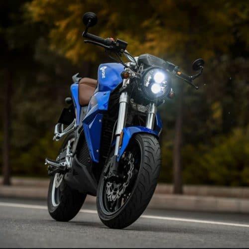 moto électrique de marque evoke look sportif couleur bleu electrique