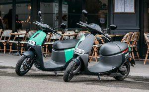 scooters de location COUP garés devant le trottoir