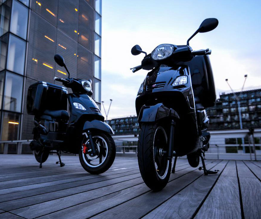 RedE scooters de livraisons garés devant un immeuble