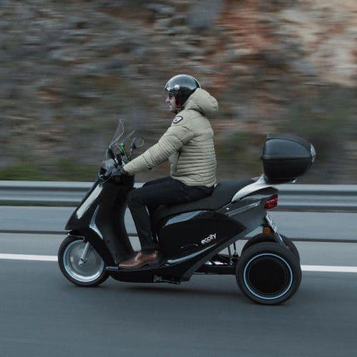 scooter electrique 3 roues noir conducteur