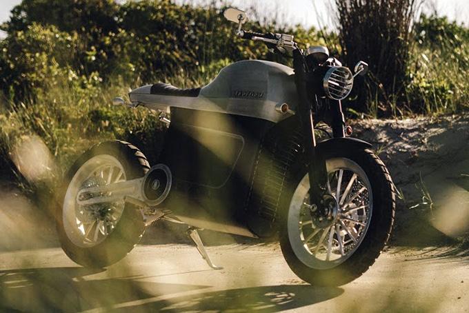 Luna, une moto électrique de chez Tarform Motorycles posée sur sa béquille.