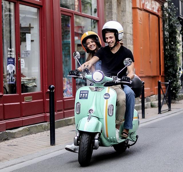 Couple sur un Pink Mobility dans les rues de Bordeaux