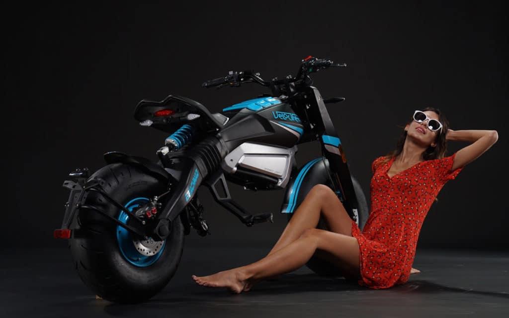 Moto électrique Beach Mad de chez Velocifero de couleur bleue et noire.