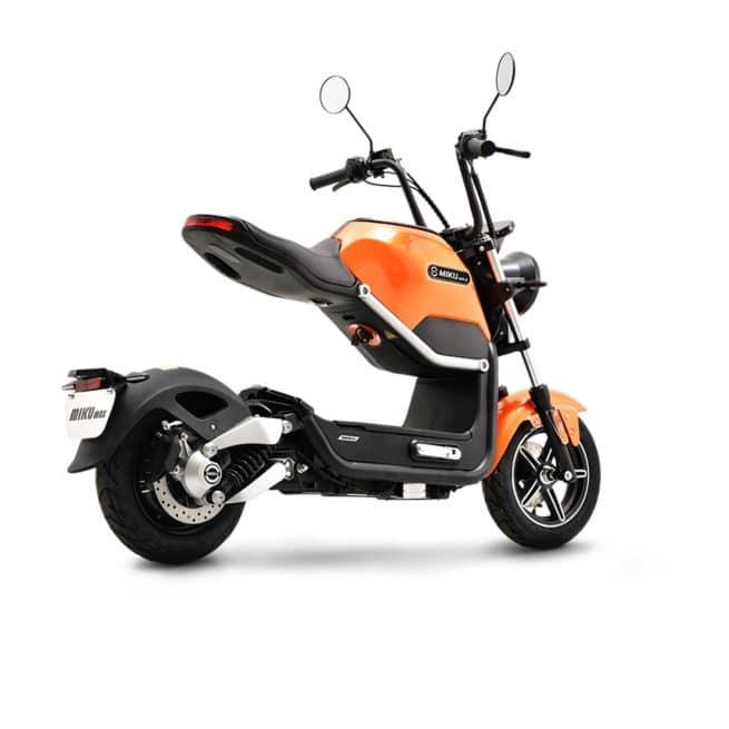 Sunra Miku Max scooter electrique petit grand pieds au sol