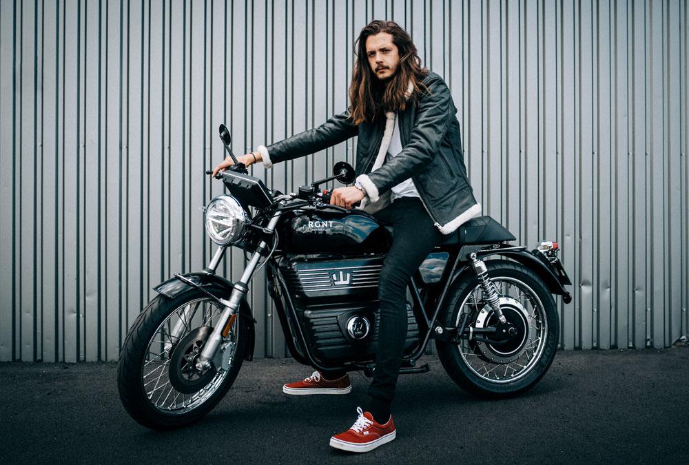RGNT modèle motard motarde moto électrique 125 vintage néo rétro classique