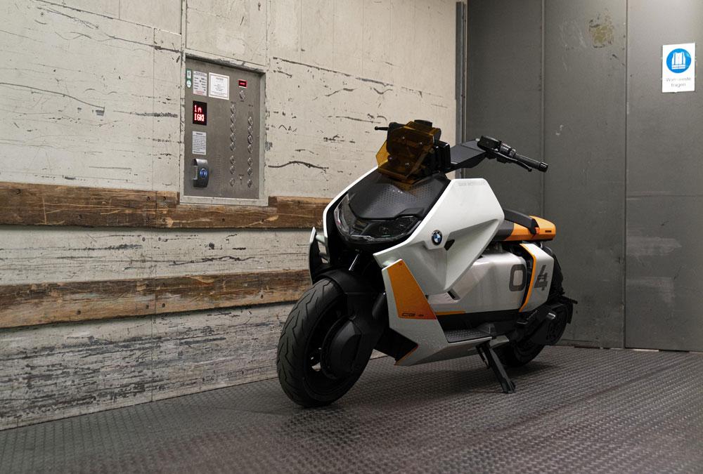 BMW CE 04 orange blanc lifestyle