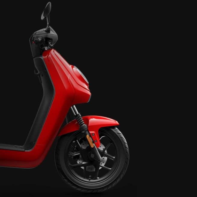 Niu MQi GT gros plan cote droit scooter électrique 125