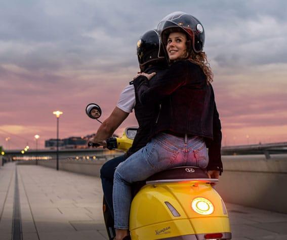 Kumpan scooter électrique balade couple rhin quai