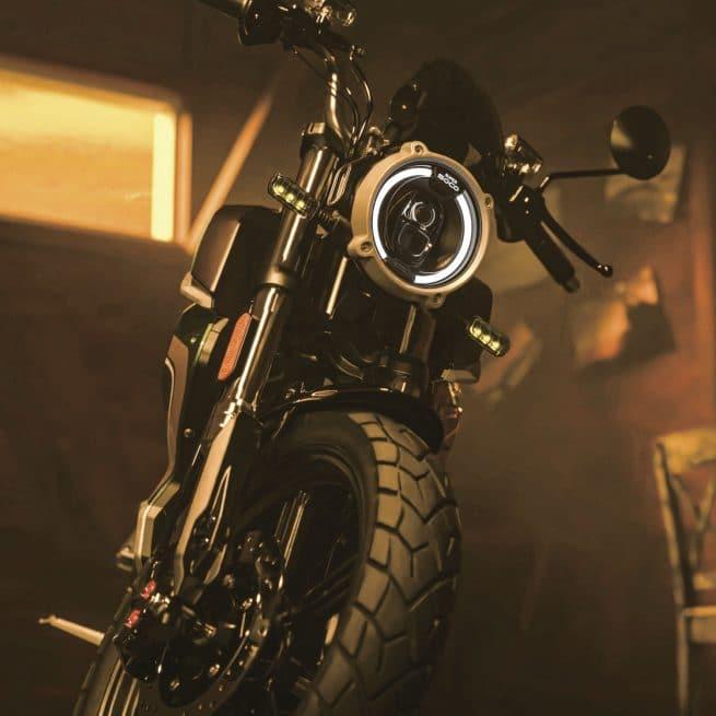 moto allumée et sur béquille dans un garage