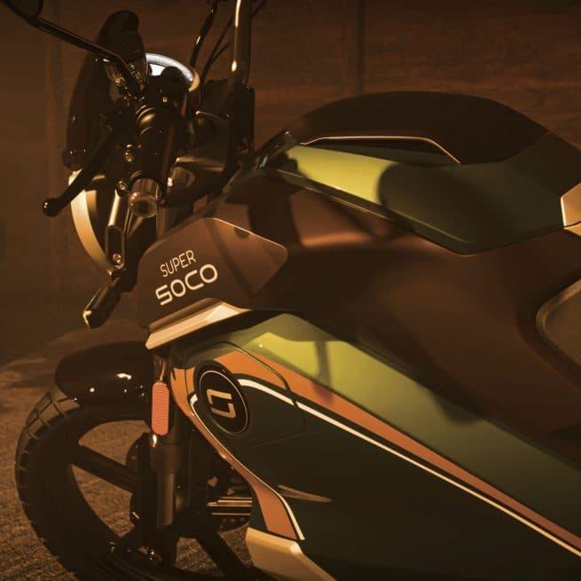 moto verte au soleil couchant dans un garage