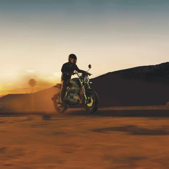 moto électrique dans le desert à la nuit tombée