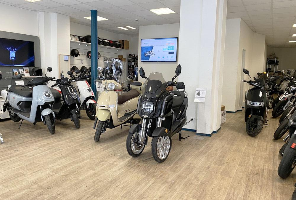 vue intérieur magasin scooter électrique paris