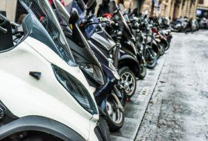 rangée de scooters garés dans paris