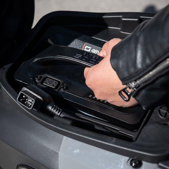 super soco cu mini batterie rangée dans le coffre sous selle