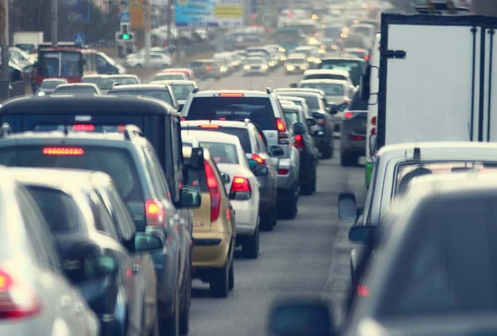 interfile sur le périphérique parisien au milieu d'un embouteillage