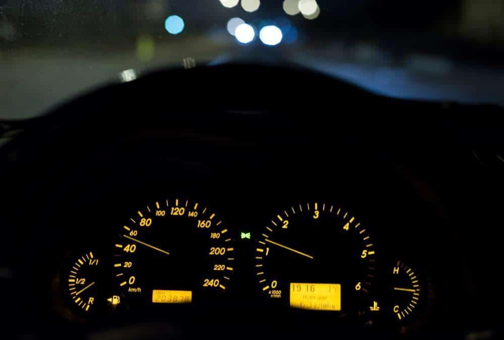 compteur de voiture la nuit 50 km/h